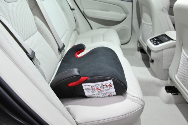 Original Volvo V60 Kindersitzkissen Nubukleder und Leder 31470489 - im Auto - ohne Lehne